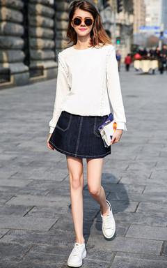 唯美的白色,圆领套头卫衣,搭配牛仔蓝色半身裙,青春活力。街头休闲欧美范。