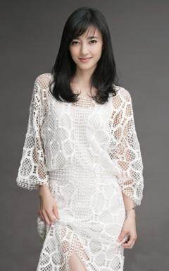 王丽坤本色风格清爽搭配,身着镂空白裙,气质自然纯净,笑容温暖,秀修长美腿。
