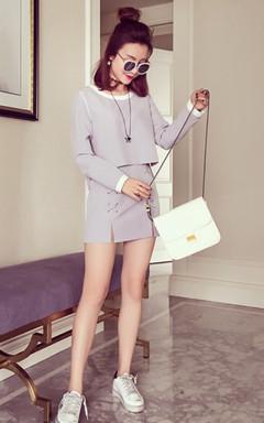 两件套的搭配,撞色恰到好处别有一番风味 ,下装同色半裙,前片交叉带的装饰有点可爱的感觉,穿上星星图案的小白鞋优雅休闲