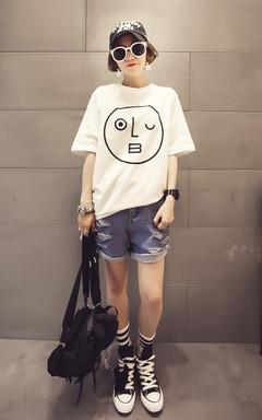 清新的白色T恤,胸前卡通印花,充满潮流感,上身美美的,搭配牛仔短裤,卷边的设计,帅气有型。