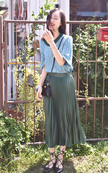 款式时尚甜美,舒适的半袖设计,二八天最适合的穿搭,下身的半身百褶裙十分飘逸,个性的系带单鞋也是很加分的哦