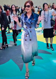 伦敦周重头戏终于敲定,最大咖的中国脸莫过于赵薇,Burberry 2015春夏大秀现场赵薇的这款风衣穿上,如此时尚大气!