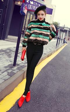 小短款皮草外套,彩色条纹的设计,穿上端庄又大方,搭配紧身的小脚裤,女神风范儿十足!