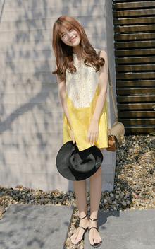 娃娃裙可谓是扮萌减龄的利落,黄白拼色,活泼明快,柔美全蕾丝裙身,满足女孩的蕾丝梦,宽松可爱显高挑,搭配凉鞋草帽,很夏日