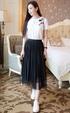 今年超级大热的蜜蜂小樱桃T恤,简约百搭,棉质小宽松版型,舒适透气,配双小白鞋,休闲不失时尚。