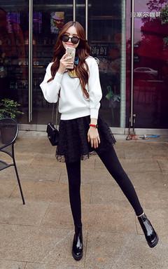 非常时尚的毛衣,很修身显瘦,领口丝带很时髦,搭配蕾丝裙摆显瘦打底裤,清新的可爱风。