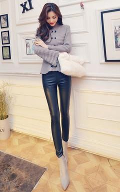 简约双排扣荷叶边下摆毛衣,搭配修身显瘦皮裤+尖头高跟短靴+毛毛手拿包,完美拉长身材比例,时髦个性显腿长。