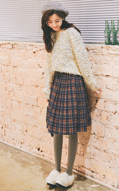 一款杂色毛圈羊毛毛衣,圆领套头款,可爱甜美,搭配苏格兰风格纹百褶半身裙+毛毛鞋,很青春很学院风,俏皮可爱