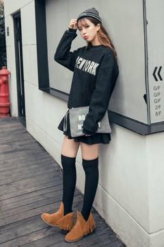 绒面加厚的卫衣款式,简单的字母设计百搭又休闲~搭配有裙裤设计的半身裙,方便易穿,也十分显瘦哦!
