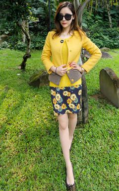 呛口小辣椒同款柠檬黄套头毛衣。秋日拒绝黑白灰,搭配甜美的花朵印花短裙,花朵绚烂充满生机,色泽艳丽明媚,带来灿烂好心情。