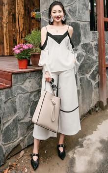 个性的吊带雪纺衫,露肩的设计,凸显女人的优雅气质,搭配休闲阔腿裤,轻松遮大粗腿,大牌风范十足!