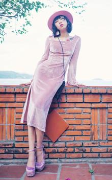 """气温直升的春季就要来了,马上就要开始""""露身材""""的季节,一袭喇叭袖的连衣裙,搭配粉色的礼帽和一字扣高跟鞋,优雅时尚"""
