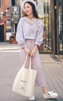 新款V领格子衬衫,宽松的版型任何妹纸都可以驾驭,面料柔软透气性好,搭配一条阔腿裤,轻松出街
