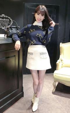 很中性帅气的一款卫衣,印花设计,手工钉钻,领子拼兔毛,不可拆卸,后明拉,方便穿着哦,搭配率性却可爱的包臀裙,优雅妩媚