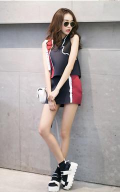 很有创意很有设计感的一款露脐短背心,个性的侧面人脸图案,很有艺术感,搭配同款高腰短裙,摩登时尚,非常洋气显瘦。