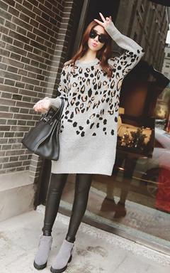 时尚豹纹百搭修身中长款灰色套头毛衣,豹纹的图案太显品位,狂野的豹纹视觉,搭配大粗跟舒适百搭短靴,品位十足的欧美风。