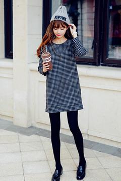 比较适合现在温度穿的连衣裙子,H版型遮肉显瘦哟,经典的黑白小格子很清新呢,搭配裤袜+日系流苏单鞋很减龄哦~