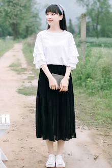 简约风的白色t恤,但是袖口加了三层荷叶边,甜美精致,搭配松紧腰半身雪纺裙时尚又气质~