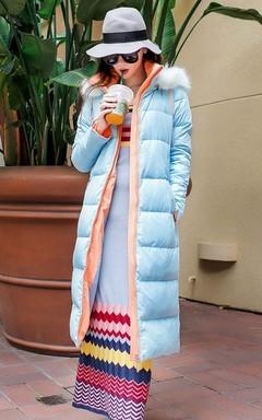 撞色立领连帽长羽绒服,直筒的版型,修饰身材,搭配彩色条纹连衣裙,M字毛呢帽,造型眼镜,打造秋冬的缤纷世界