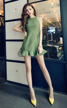 性感的无袖连衣裙,修身的剪裁,裙摆荷叶边的设计,散发迷人的风情,搭配尖头高跟鞋,凸显修长美腿。