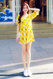 超级喜欢这样明艳的黄色花朵裙,要是去海滩沙滩必备的单品,宽松版型不挑人,拍照超级美,搭配休闲鞋单鞋拖鞋都很青春无敌哦~