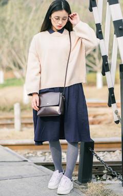 看上去很简单的针织毛衣,却又很多加分的小设计,小圆领简约气质,版型宽松大方,内搭复古衬衫裙,舒适显瘦。