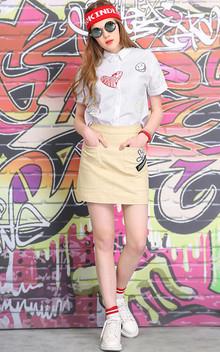 简约又不失设计感的一款白衬衫,别具匠心的印花图案装饰,美观时尚,搭配趣味贴布绣半身裙,俏皮可爱。