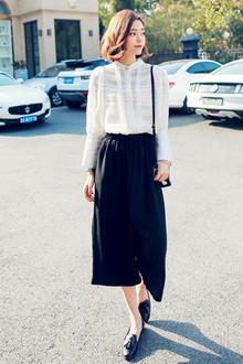 很大牌气质的一套,黑与白大牌大气又经典,小立领的雪纺白衬衫,无论是版型还是做工都超级棒,搭配松紧腰雪纺裙裤通勤look哦