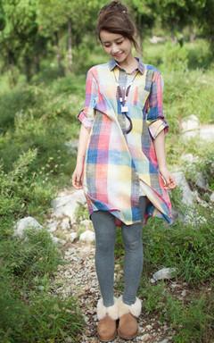 这款薄款格子衬衫裙,棉质的布料舒适亲肤,内搭连裤袜,甜美清新。