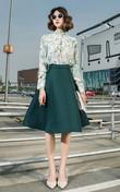 清新素雅的印花衬衫,上身美观大方,很有韵味,搭配漂亮的半身裙,大大的裙摆,散发迷人的气质。