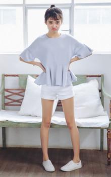 干净柔和的颜色,简约圆领套头衬衣,下摆荷叶边样式,非常的可爱小清新,搭配白色短裤,爱这样简简单单的搭配