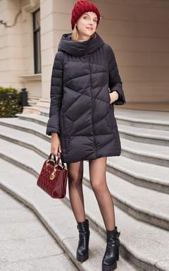 点亮鲜活秋冬的连体衣帽设计羽绒服,长款的设计,个性的版型,充满了时尚感,搭配粗跟皮带扣短靴和戴妇包,优雅!