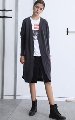 中长款长袖针织开衫,宽松的版型不挑身材,面料柔软舒适,厚度适中,内搭T恤跟半身裙,清新又靓丽