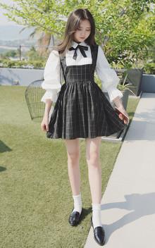 格子裙身拼接白色衬衫的设计,一条假两件样式连衣裙,可爱的娃娃领,系起蝴蝶结装饰,尽显青春学院风,搭配小皮鞋,很可爱