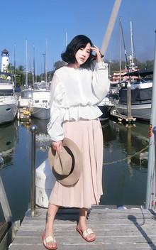 少女心满满的一件衬衫,袖子上层层叠叠的木耳边增加了甜美的气息,搭配七分裤,戴上草帽,美美地去度假