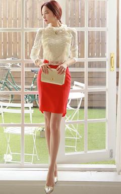 宫廷风木耳边蕾丝衫,小高领设计,完美修饰脸型,面料舒适亲肤,搭配荷叶边包臀裙,优雅干练。