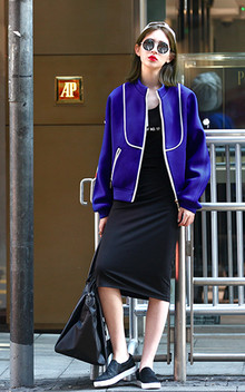 这款宝蓝棒球服色彩鲜艳,款式百搭,内搭黑色字母背心连衣裙非常时尚美观,简约马毛休闲鞋搭配,潮流时尚