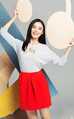 简洁的蝙蝠袖条纹T+赫本半裙,让人看着心情暖暖的,自然爽朗的笑容更是清新怡人。