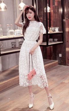 修身蕾丝中长款连衣裙,搭配尖头真皮绑带一字扣白色包头凉鞋,很有淑女风哦!