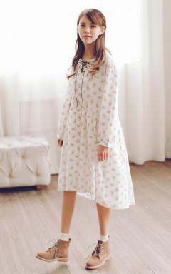 宽宽松松的娃娃款连衣裙,小碎花图案满布裙身,领口系带设计,尽显小清新气质,穿着舒适美美哒,搭配白袜短靴,非常赞哦