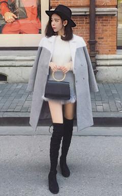很提气质的中长款毛呢大衣,简约的衣身,水貂毛拼接样式,大方有范,内搭针织衫,配上毛毛边灰色短裤,尽显迷人大气场