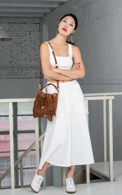 短款的白色小背心搭配修身显瘦中长款开叉长裙和真皮小白鞋,露出小蛮腰,你就是元气小少女