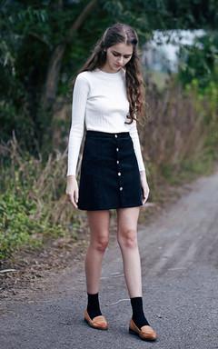 小圆领针织衫,紧身的款式,打底穿也可以,搭配高腰半身裙,灯芯绒面料,优雅别致。