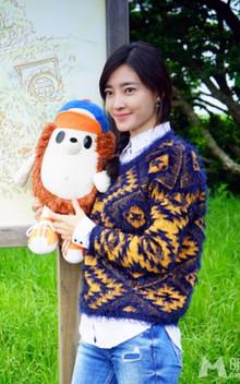 王丽坤简单的马海毛毛衣+休闲牛仔裤,整体造型非常清新可人。