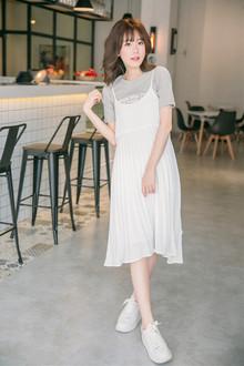 超级减龄甜美的额一款吊带连衣裙,燕尾裙摆,还是小百褶呢,搭配简约风的灰色圆领t恤,清新又好看~