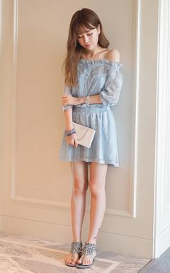 性感的露肩一字领,木耳边收腰雪纺连衣裙,清爽的蓝色,精致的绣花设计,非常唯美。搭配白色镶钻手表,假日清新休闲风。