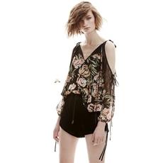 澳牌2017春夏新品印花宽松套头衬衫长袖黑色蕾丝拼接性感露肩设计