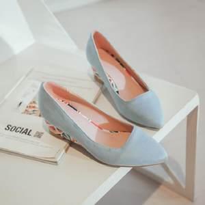 2018年早春浅<span class=H>蓝色</span>浅<span class=H>粉色</span>5CM彩色几何图案坡跟<span class=H>尖头</span>浅口单鞋女鞋子