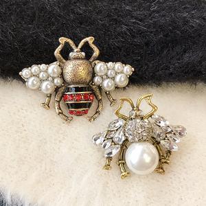欧美新款复古做旧小蜜蜂珍珠造型<span class=H>胸针</span>女简约衣服配饰外套别针开衫