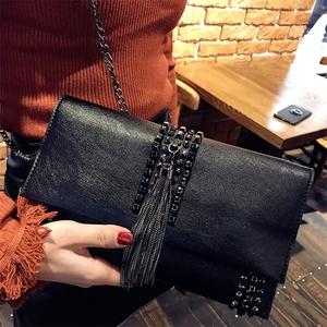 手包流苏<span class=H>女包</span>2018新品时尚女士手拿包个性铆钉百搭信封包链条小包